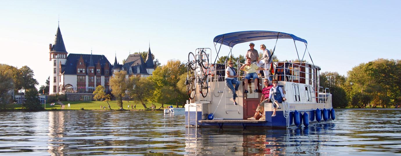 Hausboot vor Schlosshotel Klink