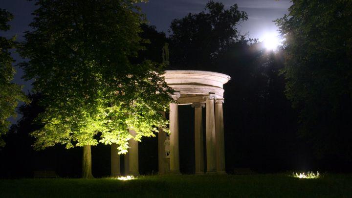 Hebetempel bei Nacht